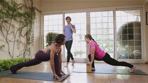 imagenes de yoga con luz yoga con luz postura del corredor univision