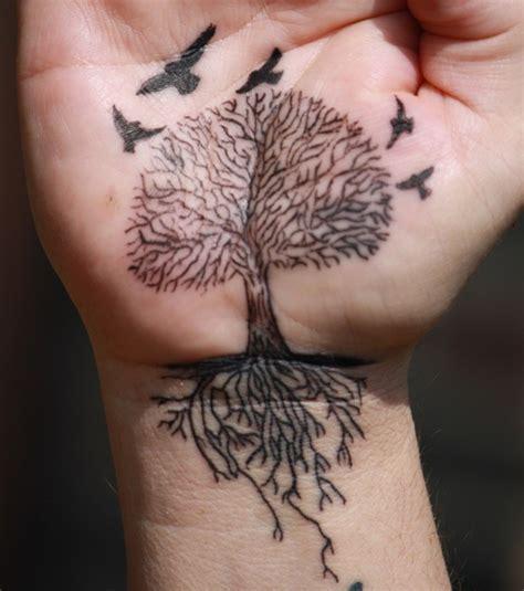 foto tatuaggio albero polso e mano