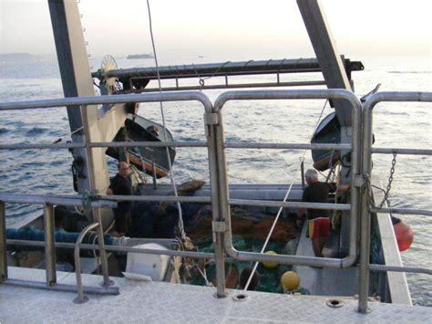 un barco pesquero recolecta 800 pesquero de arrastre en marina port vell barcos a motor