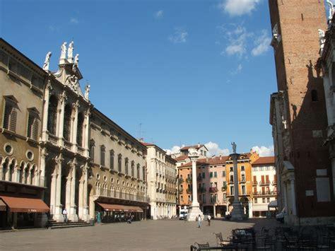 italia vicenza file vicenza la piazza dei signori jpg wikimedia commons