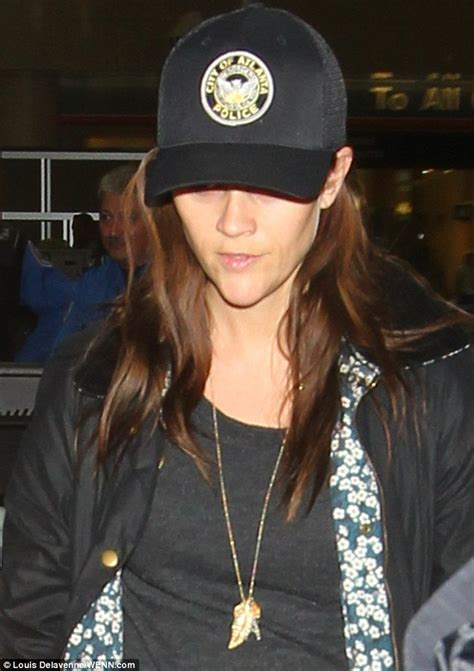 how are women in atlanta ga wearing their hair images reese witherspoon s atlanta baseball cap is a knockoff