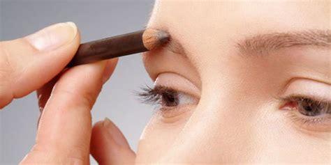 Eyeshadow Bubuk perbedaan pensil alis dan eyebrow powder memperindah alis
