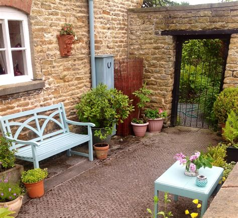 small walled garden courtyard garden ideas