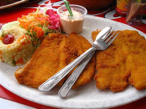 pescado empanizado ensalada arroz blanco aderezo y