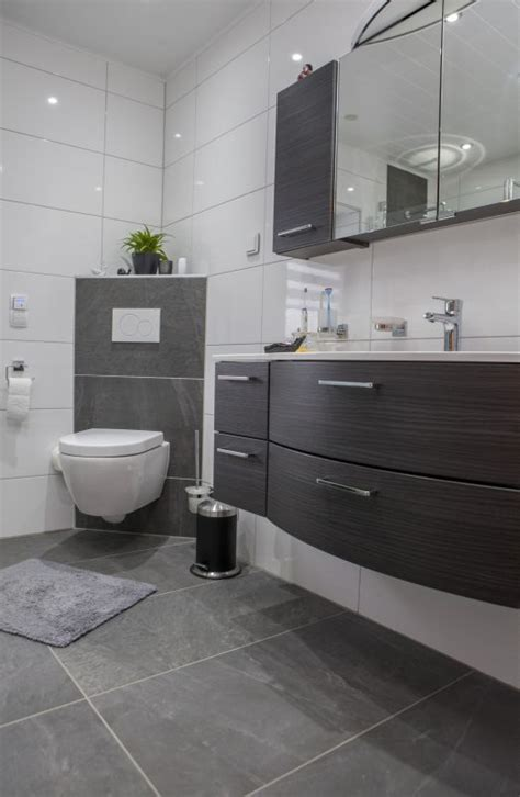 graues und schwarzes badezimmer die besten 25 graue badfliesen ideen auf
