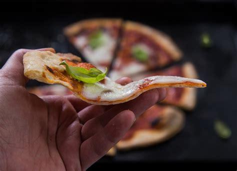 dosi per pizza fatta in casa ricetta pizza sottile fatta in casa goodcook