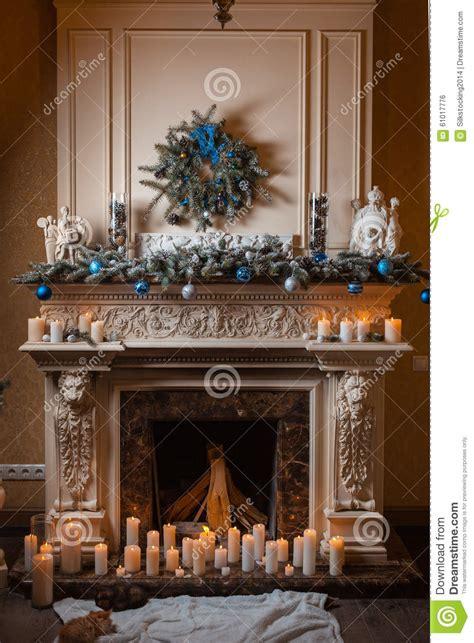decorare le candele per natale camino di natale con le candele e le decorazioni