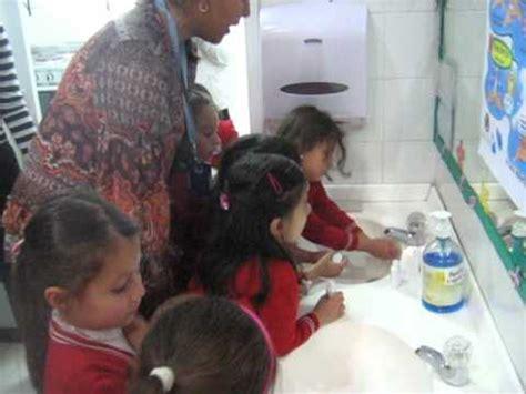 imagenes niños lavandose las manos los ni 241 os del jard 237 n infantil juan nene corpas lav 225 ndose
