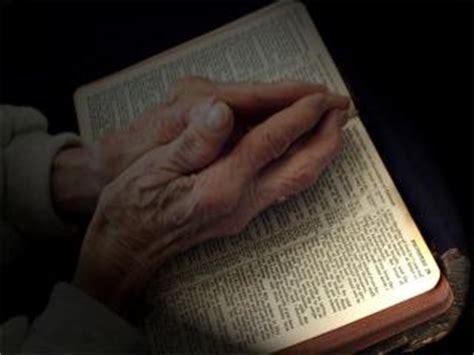 orando la biblia imagen de manos orando imagui
