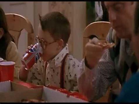 Kevin Allein Zu Haus Fuller Trinkt Cola