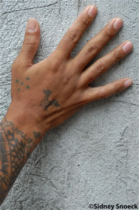 30 three dots on ring finger this is why people choose young i significati nascosti dei tatuaggi famosi