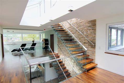 raumsparende wendeltreppe mit der galerie als verbindungsbereich zu mehr