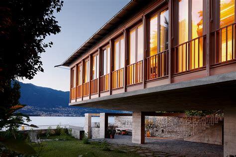 una casa ormeggiata sul lago maggiore