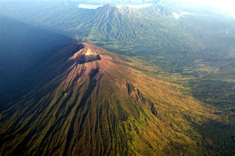 batik air gunung agung bali volcano expected to erupt soon causing 50 000 people