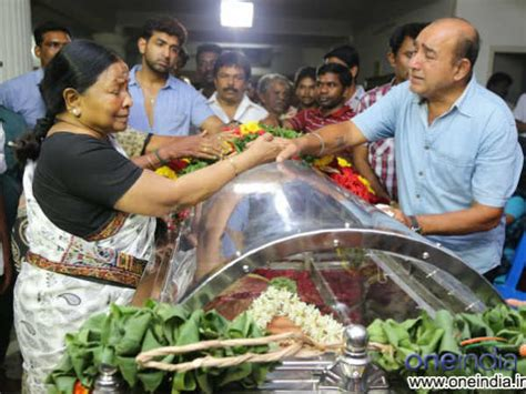 actor goundamani funeral photos stars last tribute to manjula vijay kumar