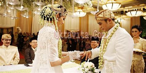 Satu Pasang Cincin Pernikahan Cincin foto cincin kawin darah nia ramadhani bakrie oktavita