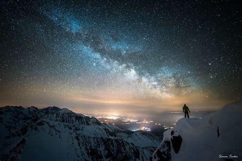 tenda da montagna in tenda sulla neve tra le delle montagne e le