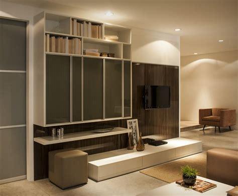 e home home theater planejado com nichos prateleira portas