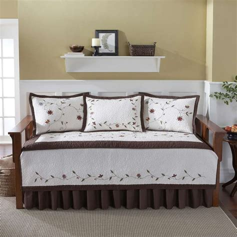 day bed pillows best 25 daybed covers ideas on pinterest daybed pillows