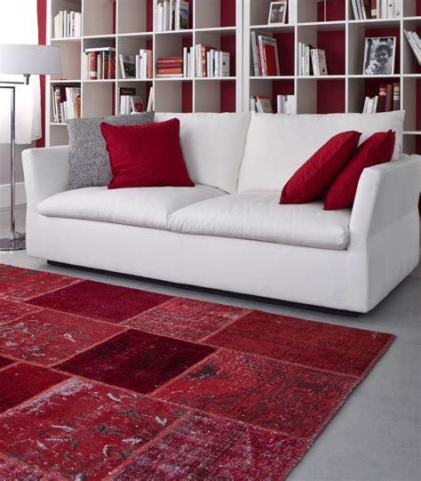 tappeto per soggiorno tutto rosso donna moderna