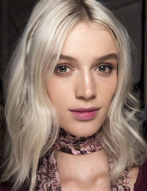 blond polaire pour qui blond polaire une coloration froide cosmopolitan fr