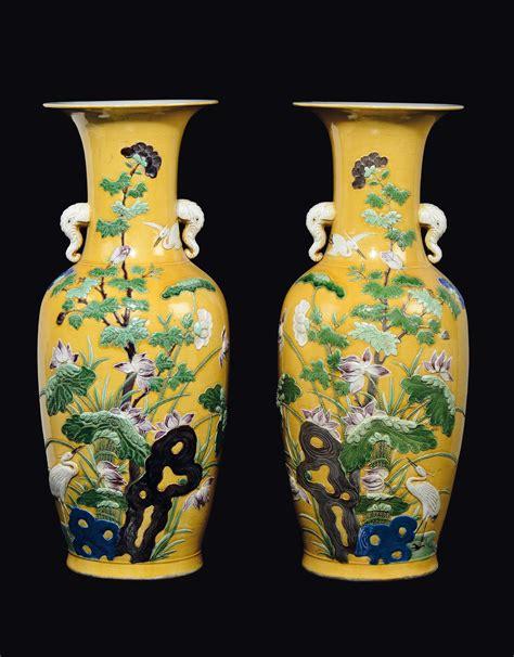 vasi porcellana coppia di vasi in porcellana a fondo giallo con fiori e