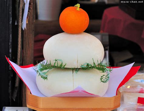 traditional japanese new year decoration kagami mochi
