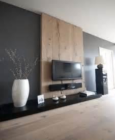 Agréable Deco Salon Mur Blanc #3: Gris-anthracite-et-bois-sur-le-mur-dans-un-salon-design.jpg