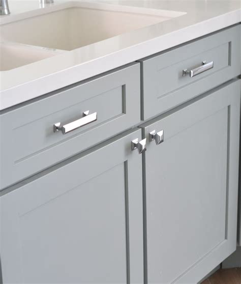 knobs or handles on kitchen cabinets best 25 kitchen cabinet hardware ideas on pinterest