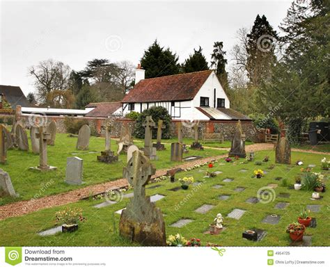 cottage inglesi churchyard e cottage inglesi villaggio immagine stock