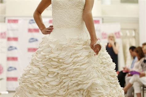How To Make Toilet Paper Dress - amazing wedding dresses made out of toilet paper the