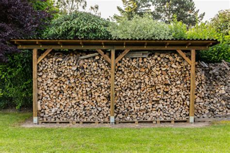 lagerung brennholz kaminholz brennholz richtig lagern feuchtigkeit vermeiden