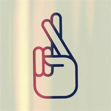 cross finger tattoo zayn malik zayn malik tattoo crossed fingers www imgkid com the