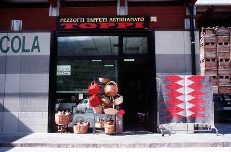tappeti pezzotti negozio tappeti pezzotti con insegna quot pezzotti tappeti