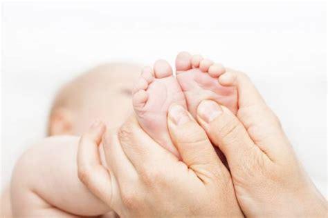 imagenes masajes relajantes pies t 233 cnica para calmar los dolores de tu beb 233 con un masaje