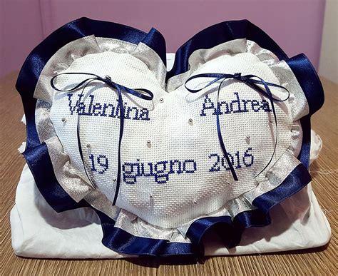 cuscino portafedi ricamato cuscinetto portafedi cuore volant in raso ricamato a mano
