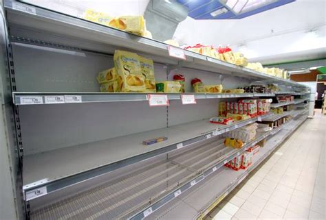 scaffale supermercato protesta scaffali vuoti nei supermercati foto