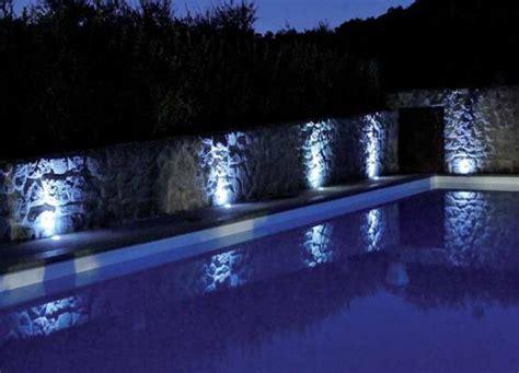 bianchi illuminazione un bordo piscina illuminato con faretti led bianchi