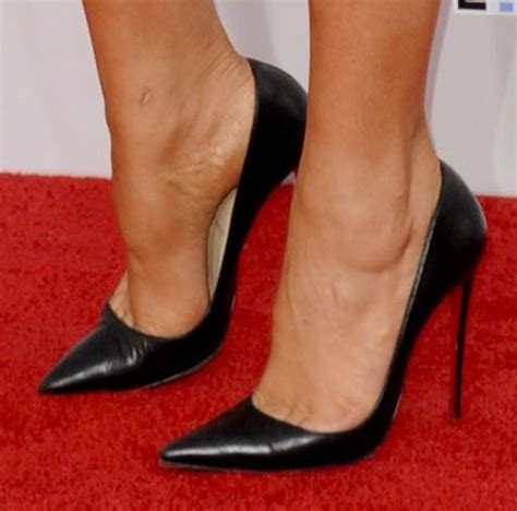 high heel arch who looks best in black pointy pumps at the 2014 amas