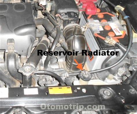 Selang Radiator Ford air tumpah dari tabung reservoir radiator otomotrip