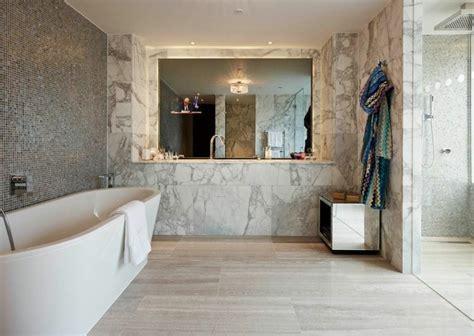 Cuartos de baño marmol lujoso en suelo y paredes