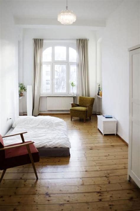 wg schlafzimmer ideen herbstliche t 246 ne im schlafzimmer mit sch 246 nem holzfu 223 boden