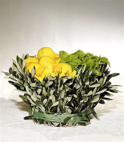 fiori basilico limoni basilico narcisi e ulivo table segnaposto