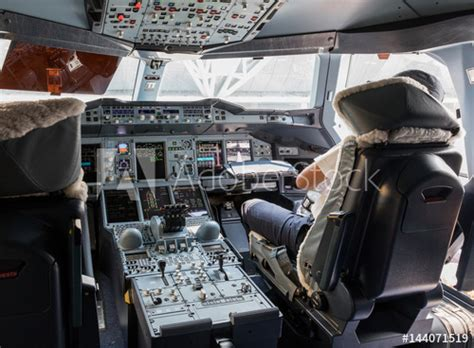 cabina di pilotaggio airbus a380 dashboard and center console of the largest passenger