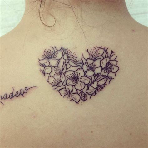 tatuaggi sulla schiena fiori un tatuaggio sulla schiena a forma di cuore con all