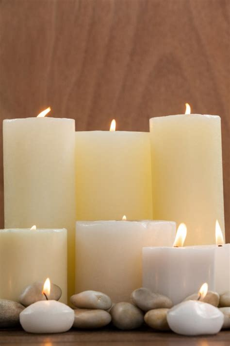 imagenes velas blancas primeros planos de velas blancas y guijarros de piedra en