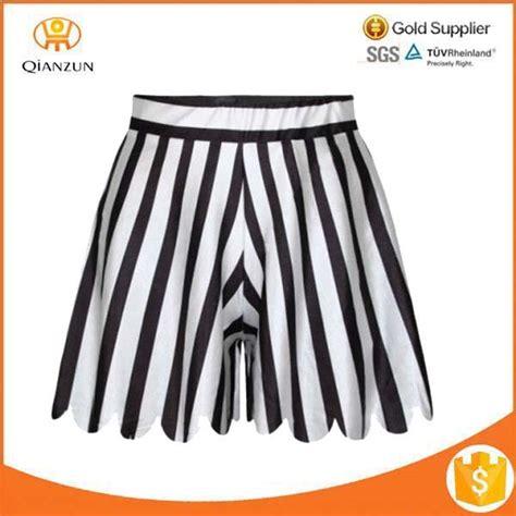 Celana Joging Hitam garis hitam dan putih rok pendek berjalan dicetak