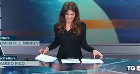 Celana Amare Basic presentadora italiana olvida que su mesa era transparente