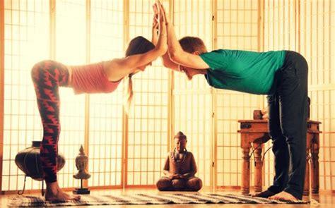 imagenes de yoga en pareja faciles rutina de yoga en pareja bewell un mundo lleno de