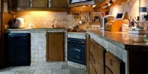 Delicious Pavimento Laminato Cucina #2: Cucina-in-muratura-pavimento-e-rivestimento-in-travertino.jpg